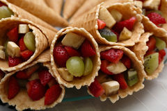 Вафля свертывает с зрелыми ягодами и завалкой плодоовощ стоковая фотография rf