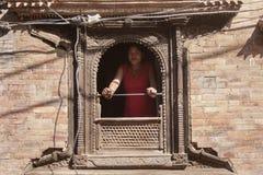 Вахта девушки от окна Стоковые Изображения RF