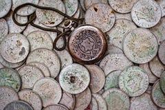 Вахта задней стороны обложки карманный на пуке старых серебряных монет Стоковые Фотографии RF