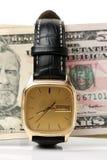 Вахта золота одетый в 100 долларовых банкнотах, время деньги Стоковые Изображения RF