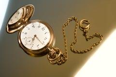 Вахта золота карманный на предпосылке стекла золота Стоковое Изображение RF