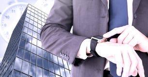 Вахта и высокое здание контрольного времени бизнесмена с часами Стоковое Фото