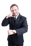 Вахта показа бизнесмена и вызывает меня жестом Стоковое Изображение RF