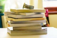 Вахта помещенный на книгах на таблице стоковые изображения