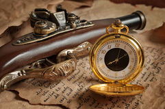 Вахта ретро золота карманный и пистолет антиквариата Стоковое фото RF
