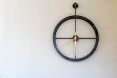 Вахта часов металла на стене Стоковое Фото