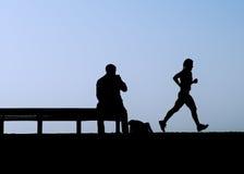 вахты человека jogger стенда Стоковая Фотография RF