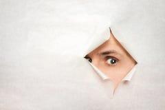 Вахты человека через отверстие Стоковая Фотография RF
