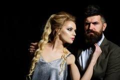 Ваша первая дата Пары человека и женщины датируют на день валентинок соедините влюбленность valentines дня счастливые Бородатый ч стоковое изображение