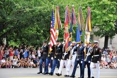 вашингтон c d C - 4-ОЕ ИЮЛЯ 2017: стандартн-подател-участники парада 2017 дня национальной независимости 4-ое июля 2017 в Washin стоковое изображение rf