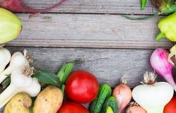 вал времени земной хлебоуборки сада яблока возмужалый Корзина овощей на деревянном столе Стоковые Фотографии RF