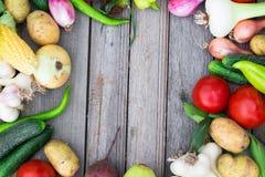 вал времени земной хлебоуборки сада яблока возмужалый Корзина овощей на деревянном столе Стоковые Изображения