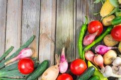 вал времени земной хлебоуборки сада яблока возмужалый Корзина овощей на деревянном столе Стоковое фото RF