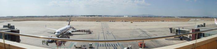 Валенсия, Испания: Пассажиры всходя на борт полета Ryanair Стоковые Изображения