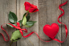 Валентайн карточки s Красная роза с лентой и сердцем на борту Взгляд сверху Стоковое Изображение RF