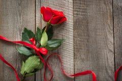Валентайн карточки s Красная роза с лентой на деревянной доске Взгляд сверху Стоковые Фотографии RF