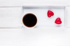 Валентайн дня счастливое s Черный кофе и 2 красных сердца шоколада на деревянной предпосылке Взгляд сверху, открытый космос для т Стоковое Фото