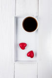 Валентайн дня счастливое s Черный кофе и 2 красных сердца шоколада на деревянной предпосылке Открытый космос для текста Стоковое Фото