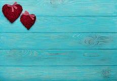 Валентайн дня s Декоративные плетеные сердца бургундского цвета на a Стоковая Фотография
