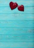 Валентайн дня s Декоративные плетеные сердца бургундского цвета на a Стоковая Фотография RF