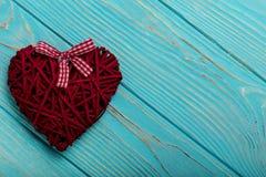 Валентайн дня s Декоративные плетеные сердца бургундского цвета на a Стоковые Фотографии RF