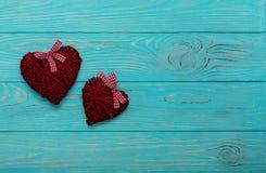 Валентайн дня s Декоративные плетеные сердца бургундского цвета на a Стоковые Изображения