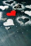 Валентайн дня s карточки Красное бумажное сердце на веревочке Стоковые Фотографии RF