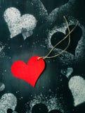 Валентайн дня s карточки Красное бумажное сердце на веревочке Стоковые Изображения