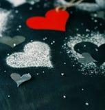 Валентайн дня s карточки Красное бумажное сердце на веревочке Стоковое Изображение