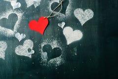 Валентайн дня s карточки Красное бумажное сердце на веревочке Стоковое фото RF