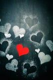 Валентайн дня s карточки Красное бумажное сердце на веревочке Стоковое Фото