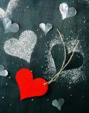 Валентайн дня s карточки Красное бумажное сердце на веревочке Стоковая Фотография