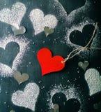 Валентайн дня s карточки Красное бумажное сердце на веревочке Стоковое Изображение RF