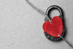 Валентайн дня s Красное декоративное сердце на бумажной предпосылке Стоковая Фотография