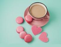 Валентайн дня s розовые macaroons и сердца Стоковое Фото