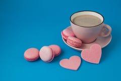 Валентайн дня s розовые macaroons и сердца Стоковое Изображение