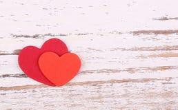 Валентайн сердец красное s золота дня предпосылки 2 бумажных сердца на деревянном backgroun Стоковое Изображение
