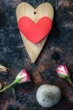 Валентайн сердец красное s золота дня предпосылки 2 сердца валентинки на деревенской поверхности Стоковая Фотография RF