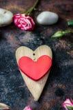 Валентайн сердец красное s золота дня предпосылки 2 сердца валентинки на деревенской поверхности Стоковое фото RF