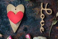 Валентайн сердец красное s золота дня предпосылки 2 сердца валентинки на деревенской поверхности Стоковое Фото