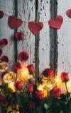Валентинка: Праздновать праздник с Шампанью и розами Стоковое Фото