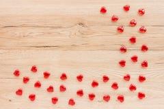 Валентинки граничат из красных акриловых сердец Стоковое Фото