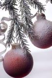вал ели рождества шарика Украшение Нового Года на покрытом снег Стоковое фото RF