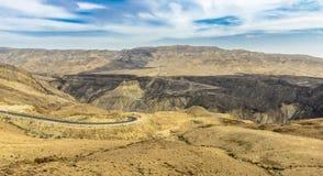 вади дороги s mujib ландшафта короля Иордана пустыни зоны Стоковые Изображения RF