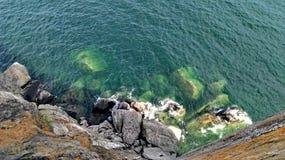 Валуны в воде на дне скалы Стоковая Фотография RF