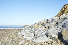 Валуны на пляже ballybunion Стоковое фото RF