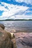 Валуны для усиливать береговой линии озера Seliger, около монастыря Nilov, зона Tver стоковые изображения