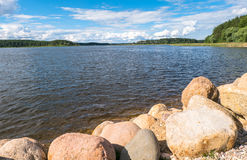 Валуны для усиливать береговой линии озера Seliger, около монастыря Nilov, зона Tver стоковые изображения rf