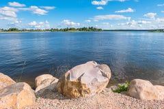 Валуны для усиливать береговой линии озера Seliger, около монастыря Nilov, зона Tver стоковые фотографии rf