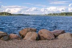 Валуны для усиливать береговой линии озера Seliger, около монастыря Nilov, зона Tver стоковое изображение rf